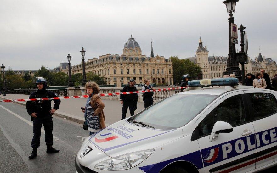 Paryžiuje vyras įsiveržė į policijos nuovadą ir peiliu puolė pareigūnus, 5 žmonės žuvo