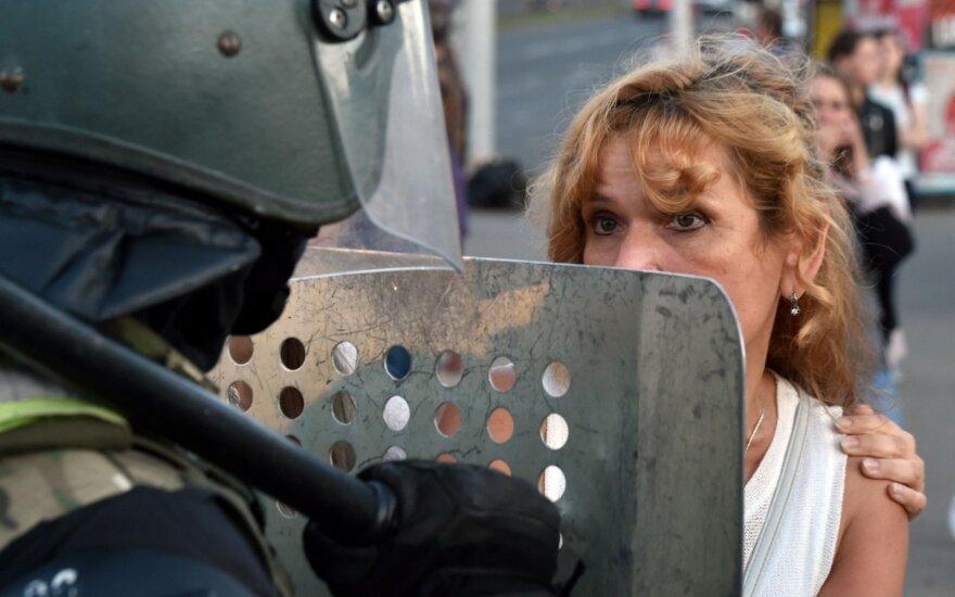Протесты в Беларуси: ОМОН пытался помешать маршу женщин в Минске