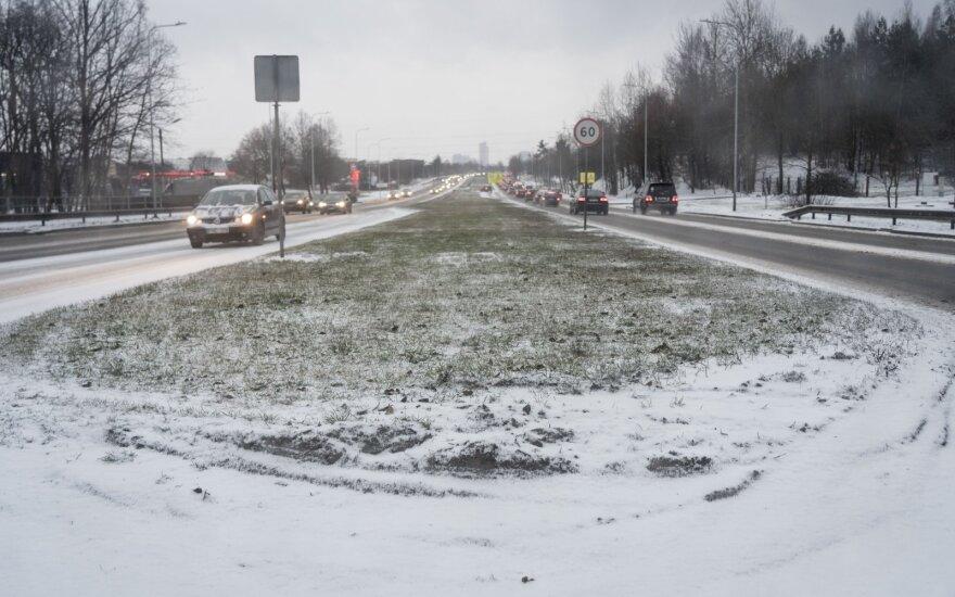 В Литве неожиданно выпал снег, осложнено движение на дорогах