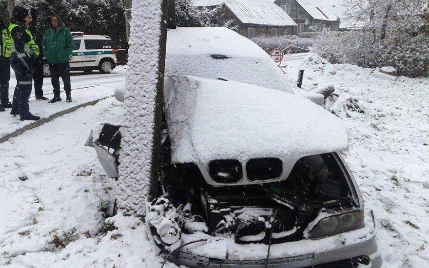 В Рокишкисе BMW врезался в столб