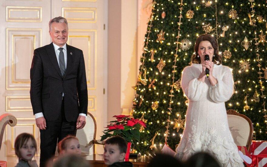 Науседа с супругой зажгли огни на елке в президентском дворце