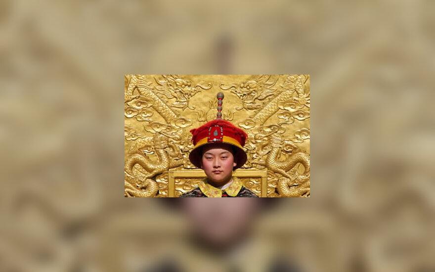 Kinietis, vilkintis imperijos laikų kostiumą