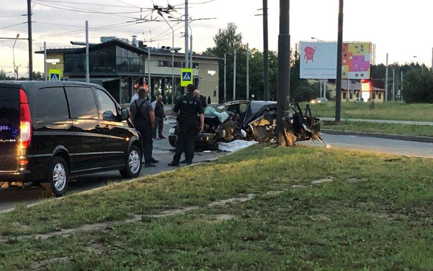 В Каунасе Audi врезался в столб: погиб водитель, ранены три пассажира
