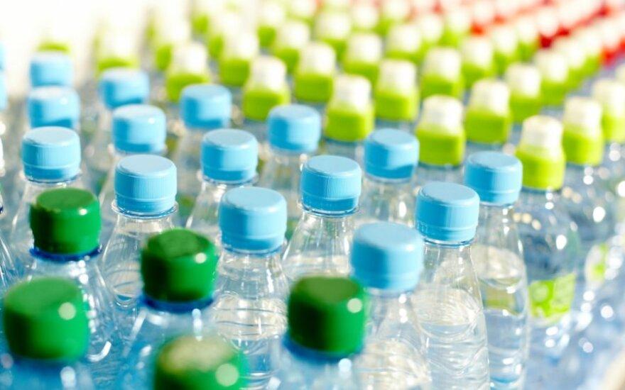 Vanduo plastikiniuose buteliuose