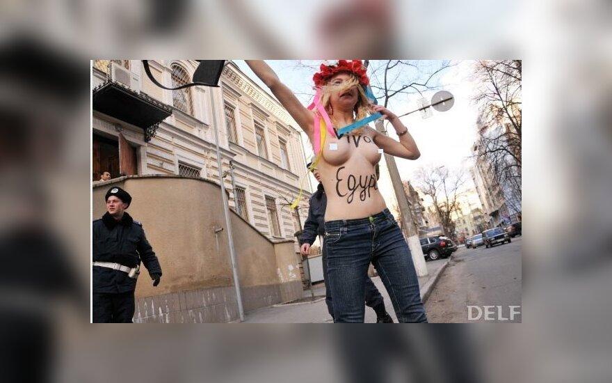 """FEMEN убеждали Мубарака грудью """"не оттягивать конец"""""""