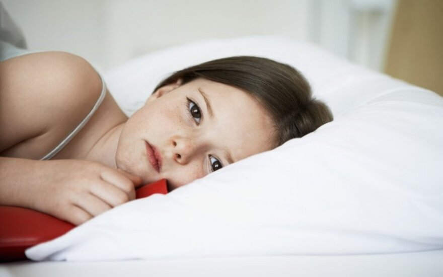 mergaitė, vaikas, miegas, lova, liga, liūdesys