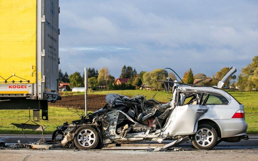 Страшная авария в Вильнюсском районе: автомобиль попал под грузовик, погиб молодой парень