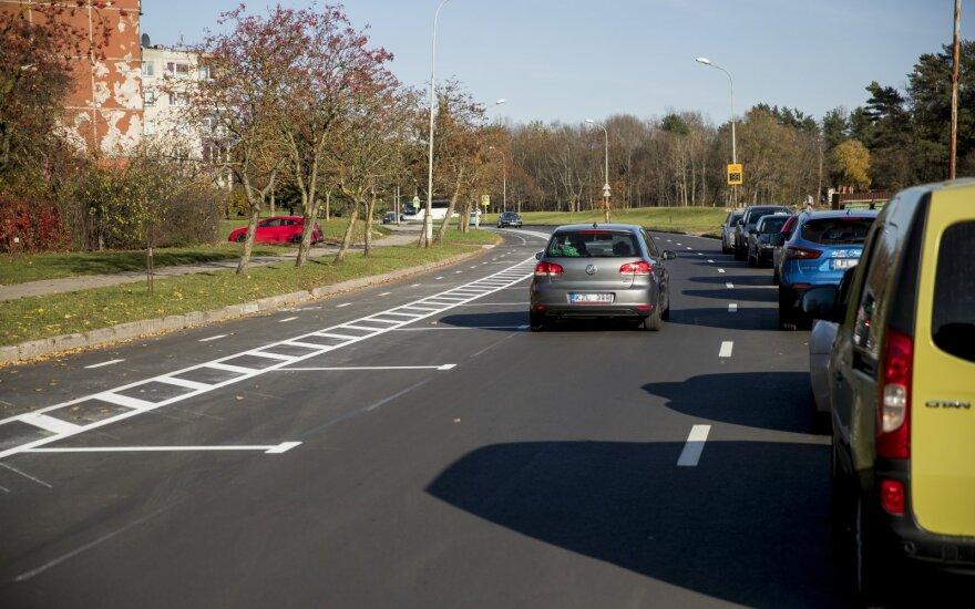 Жители возмущены: полосы сузили так, что два автомобиля едва могут разъехаться
