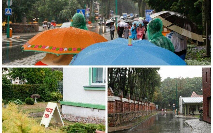 В Палангу пришли дожди - отдыхающие уезжают
