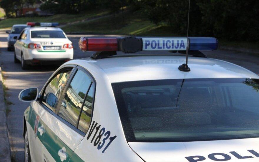 В Вильнюсе потерявший сознание водитель фуры врезался в дерево