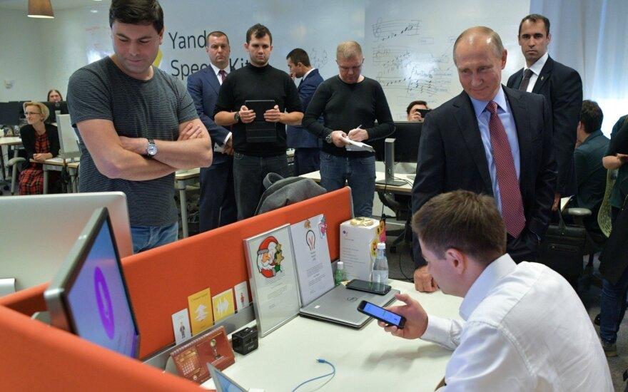 """""""Он случайно попал в Кремль"""": """"Алиса"""" ответила на вопрос """"почему врет Путин?"""""""
