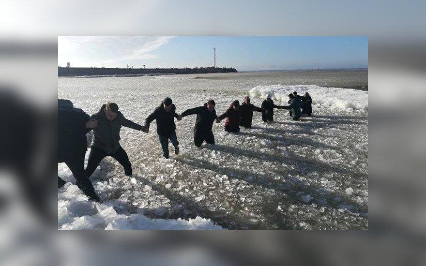 В Клайпеде у мола две женщины с детьми провалились под лед