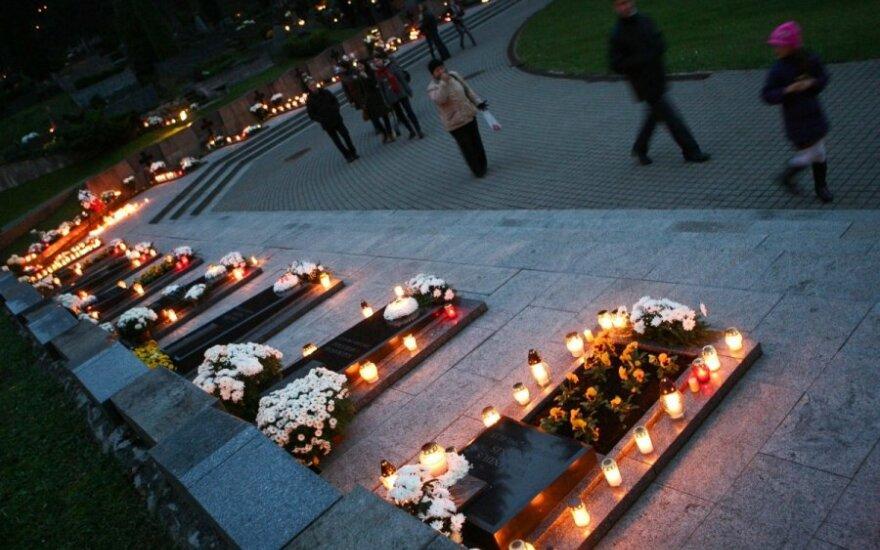 Кладбища Литвы освещены свечами