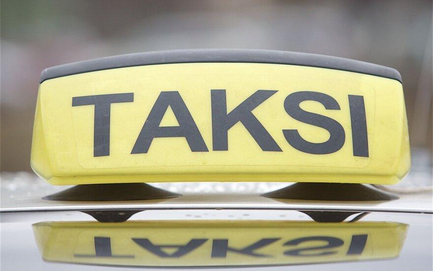 В автомобиле такси мужчина получил ножевые ранения