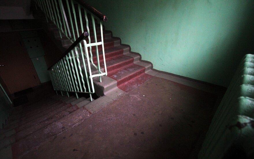 В Клайпеде в подъезде дома обнаружено тело мужчины