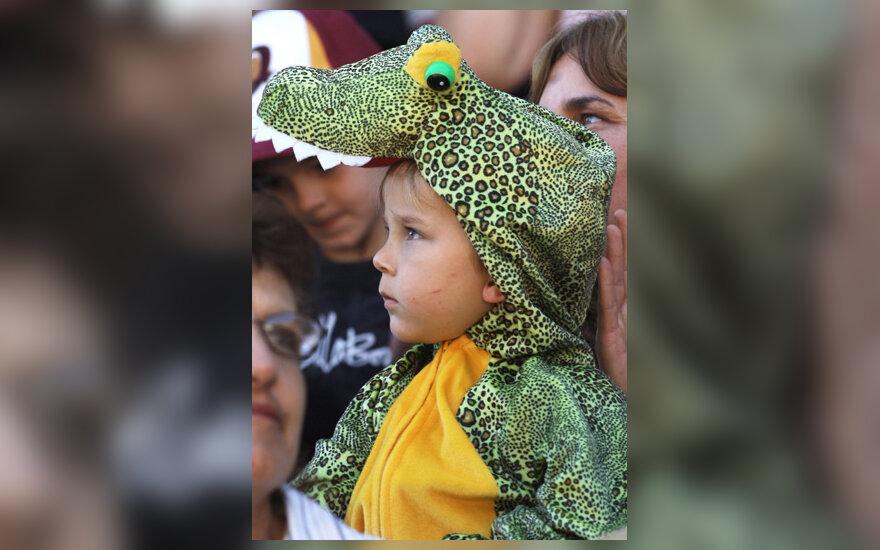 Berniukas, apsirengęs krokodilo kostiumu