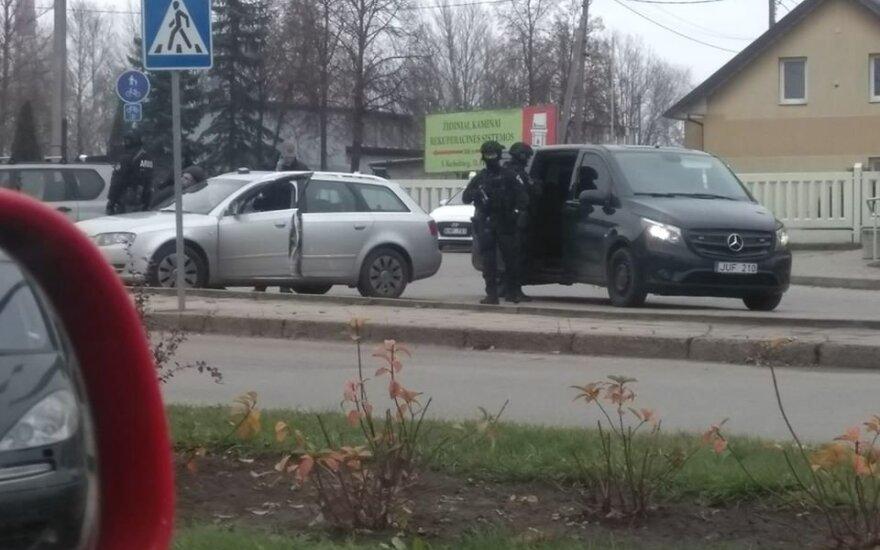 """В разных городах Литвы бойцы """"Араса"""" проводят секретную операцию по задержанию подозреваемых"""