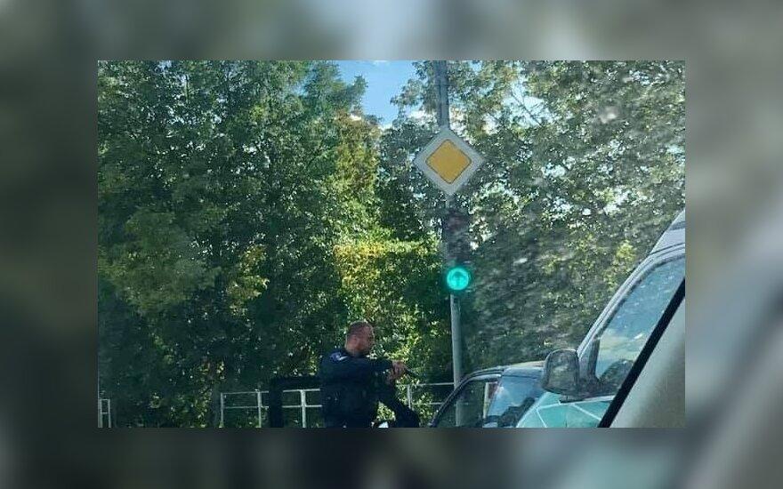 В Вильнюсе полицейский целился в водителя автомобиля