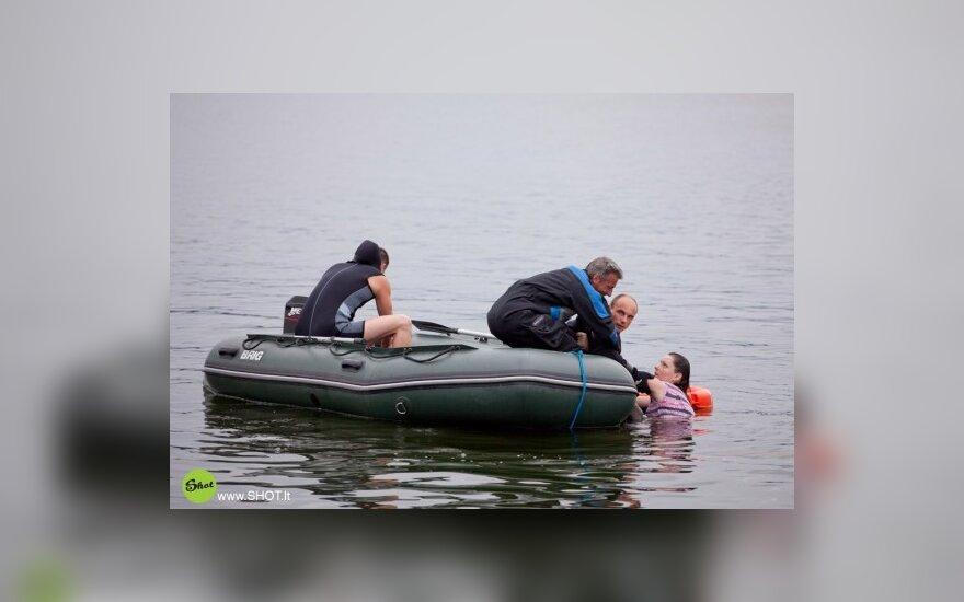 Gelbėjimo tarnybos ištraukia plaukikę