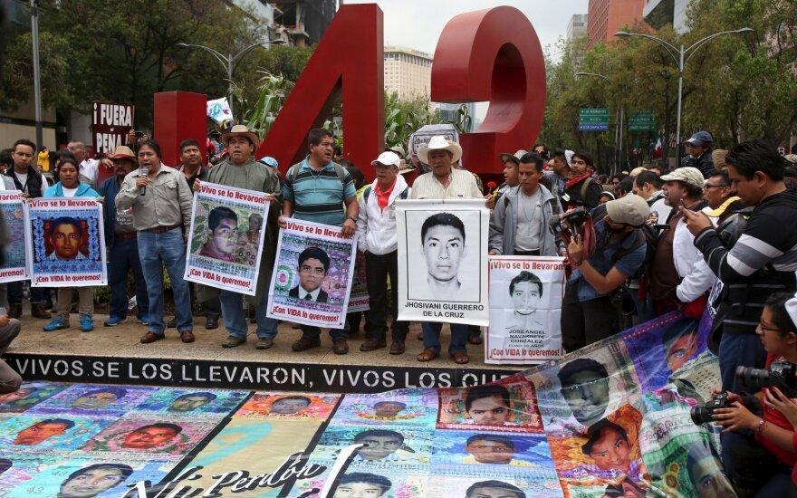 Тысячи вышли на улицы Мехико в годовщину пропажи 43 студентов