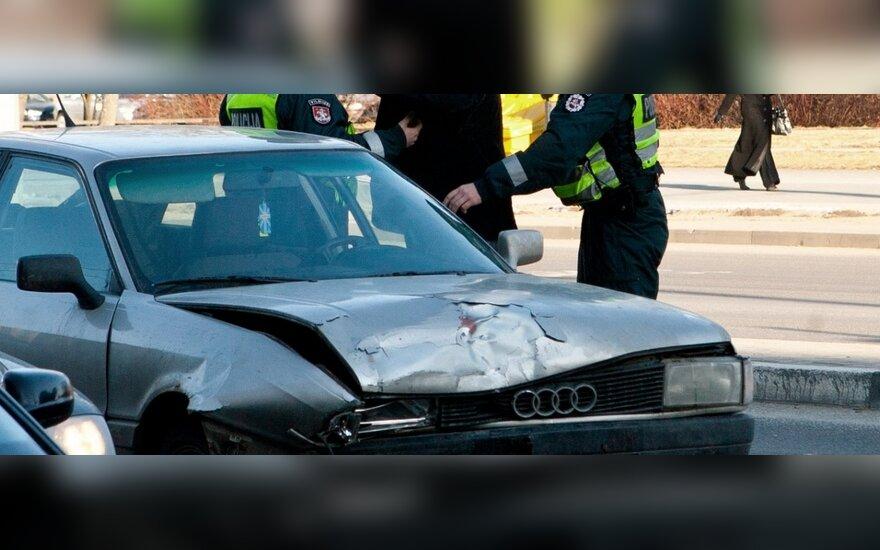 Побив два автомобиля, пьяный водитель заснул на перекрестке