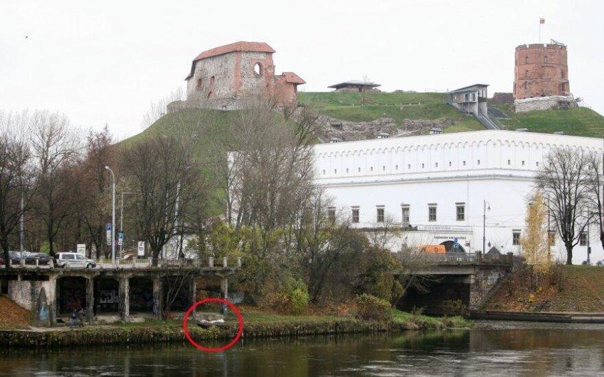 В центре Вильнюса у реки обнаружен труп полуобнаженной женщины