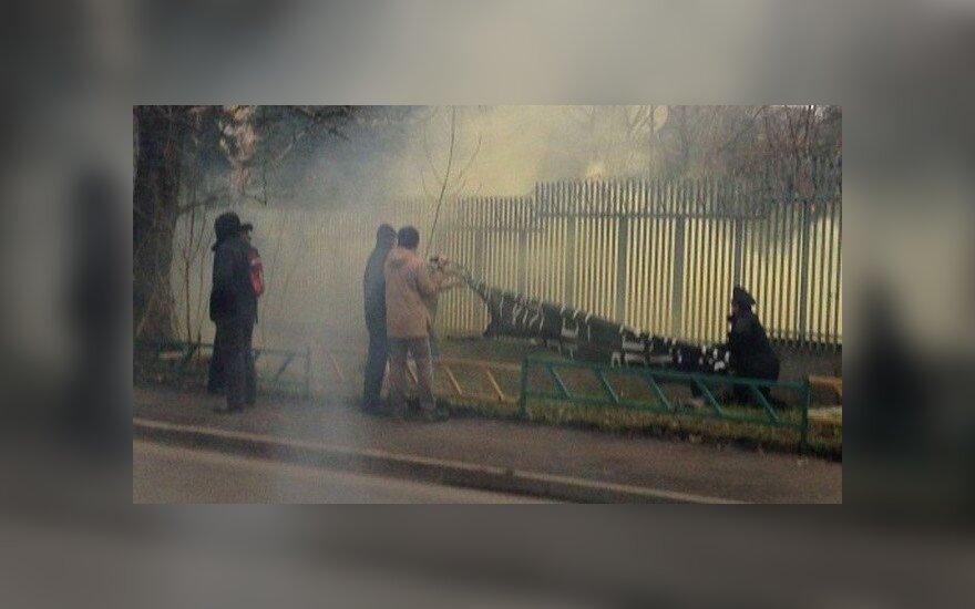 """Активисты """"Другой России"""" закидали посольство Польши файерами"""