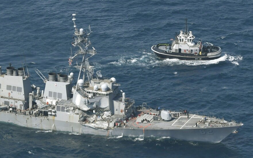Филиппинское судно перед столкновением с эсминцем США резко сменило курс