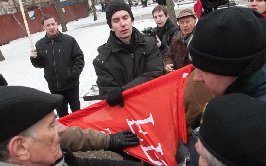 """На церемонии поднятия флагов у Палецкиса пытались отобрать флаг """"фронтовиков"""""""