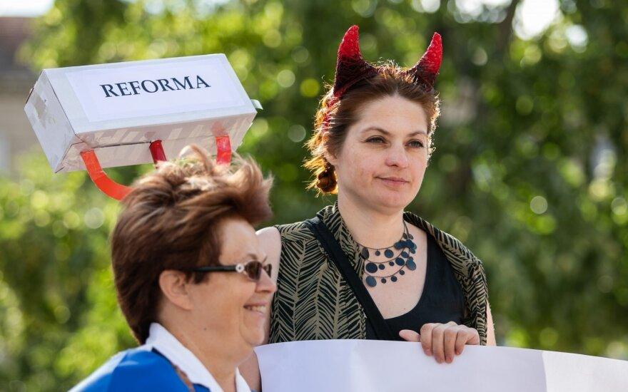 У здания парламента проходит акция протеста: налоговая реформа вызывает беспокойства