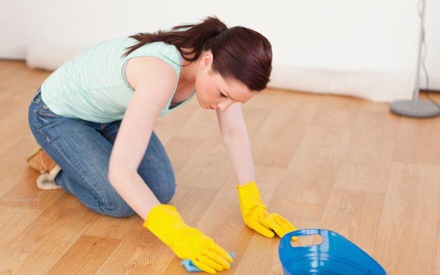 Moteris tvarko namus