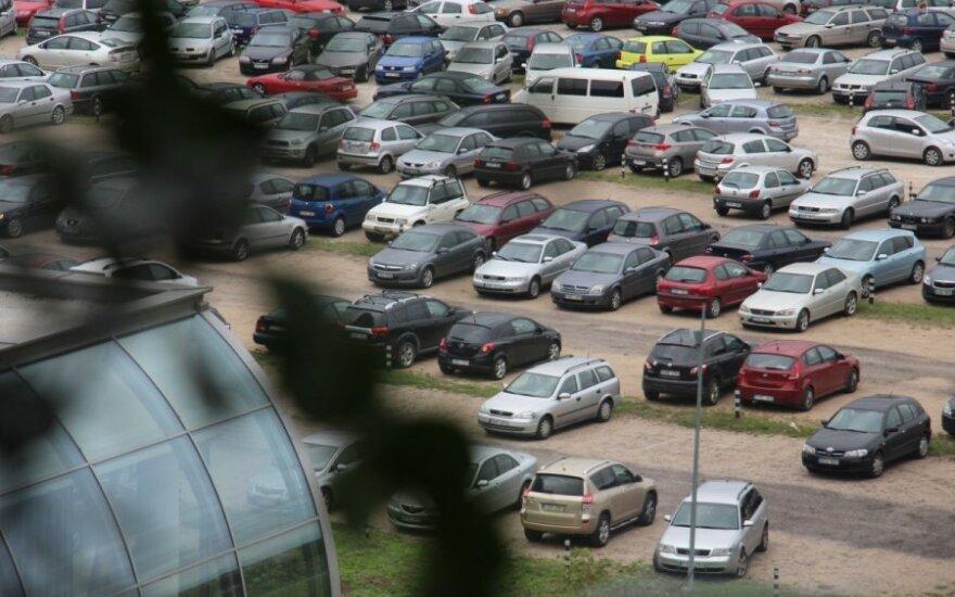 Automobiliai aikštelėje netoli Seimo