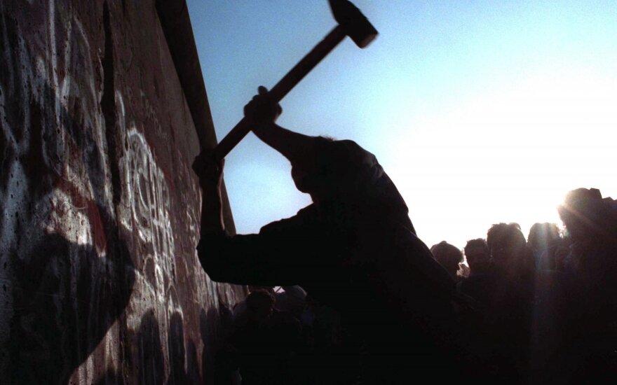 30 лет без Берлинской стены. Как 22 тысячи незнакомцев создали арт-объект