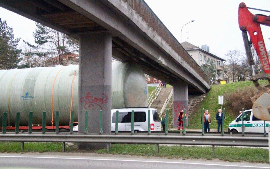 В Вильнюсе под виадуком застрял грузовик: движение возобновлено