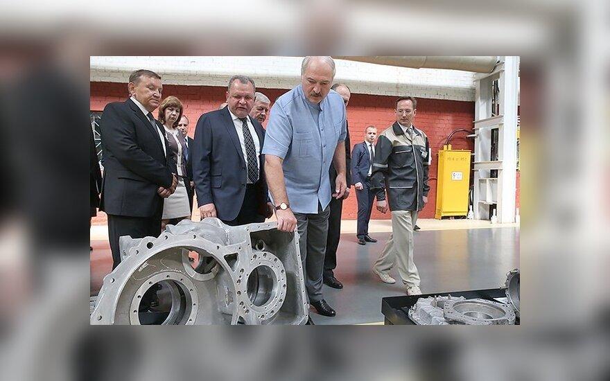 """Лукашенко на заводе провел урок политинформации: ИГИЛ, Украина, """"а нам надо сохранить страну"""""""