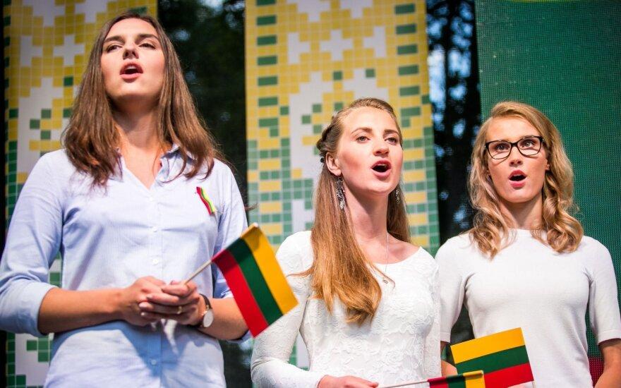 Литовцы во всем мире в День государства исполнили гимн Литвы