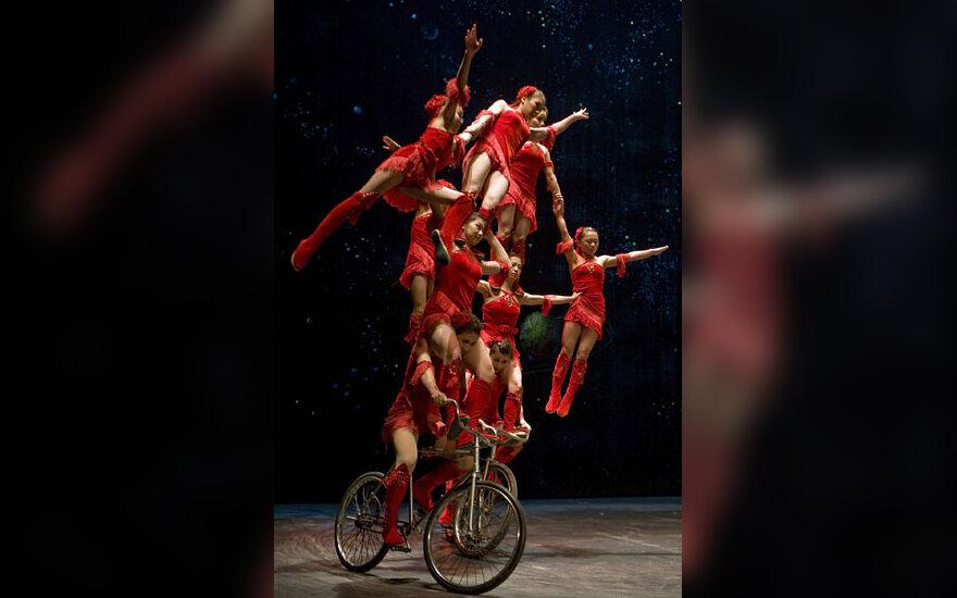 Pekino akrobatų cirko artistų pasirodymas