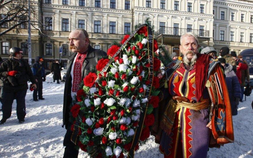 Kijeve tūkstančiai gedi nušauto baltarusių protestuotojo