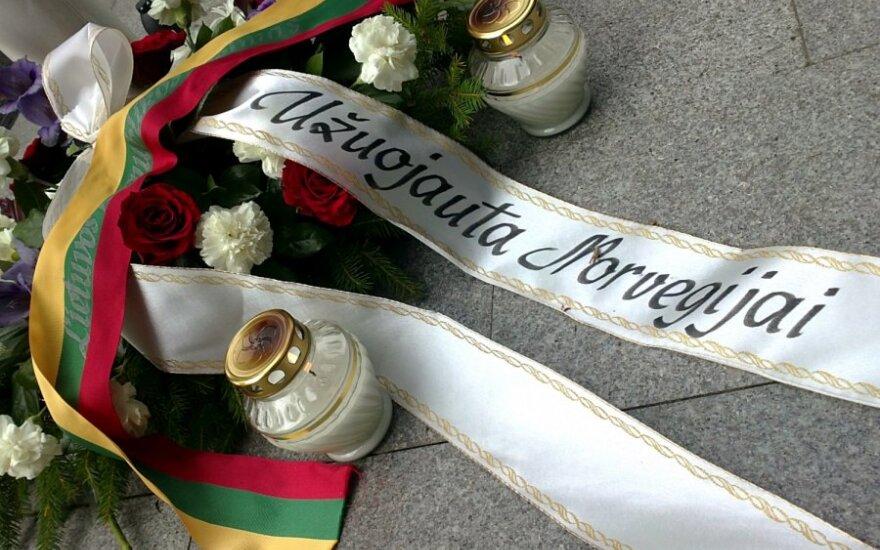У посольства Норвегии в память о жертвах возложены венки