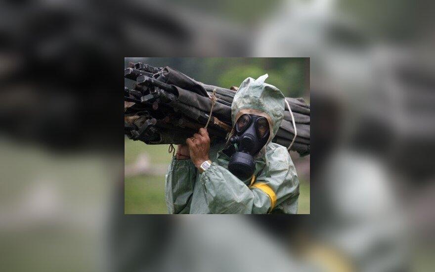 Indijos mieste Kalkutoje kareiviai dalyvauja cheminio ir biologinio teroro atakų pratybose.