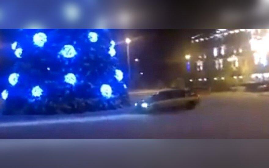 Važiuoja aplink Kalėdų eglę