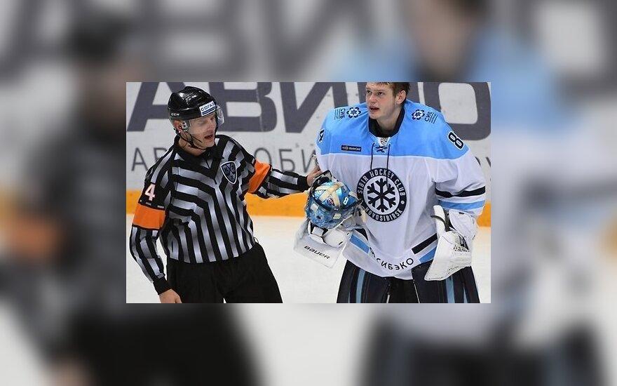 Хоккеист КХЛ бросил шайбу в судью и пропустит 5 матчей