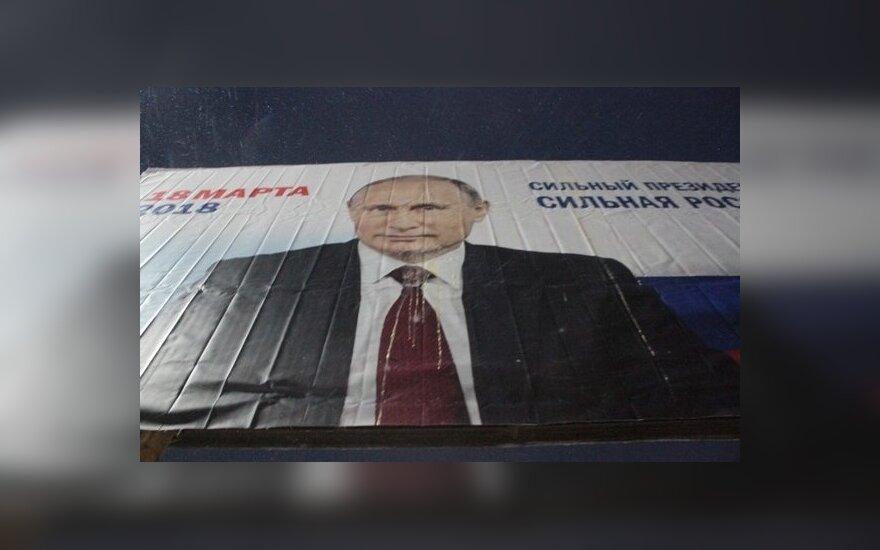 В России баннер с Путиным опять закидали яйцами