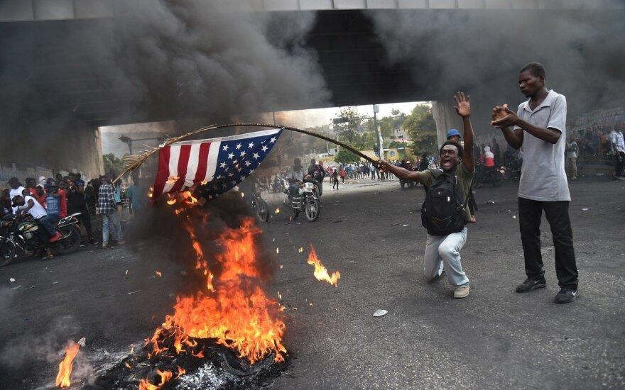 """""""Долой американцев, да здравствует Путин"""": жители Гаити сожгли флаг США и попросили о помощи Россию"""