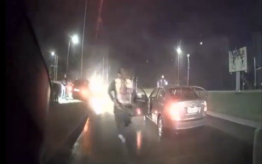 Преследование BMW в Каунасе: несовершеннолетнюю девушку остановил только столб