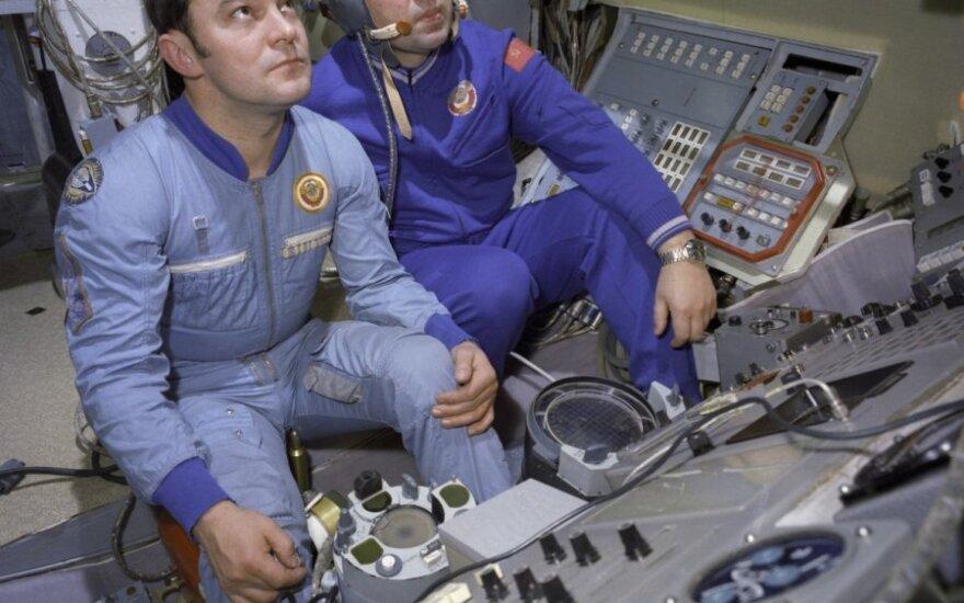 """Georgijus Grečko (dešinėje) ir Jurijus Romanenko kosminės stoties """"Saliut"""" treniruoklyje"""