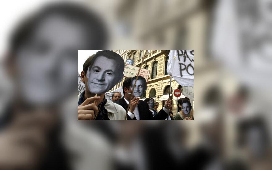 Demonstrantai su N.Sarkozy nuotraukomis