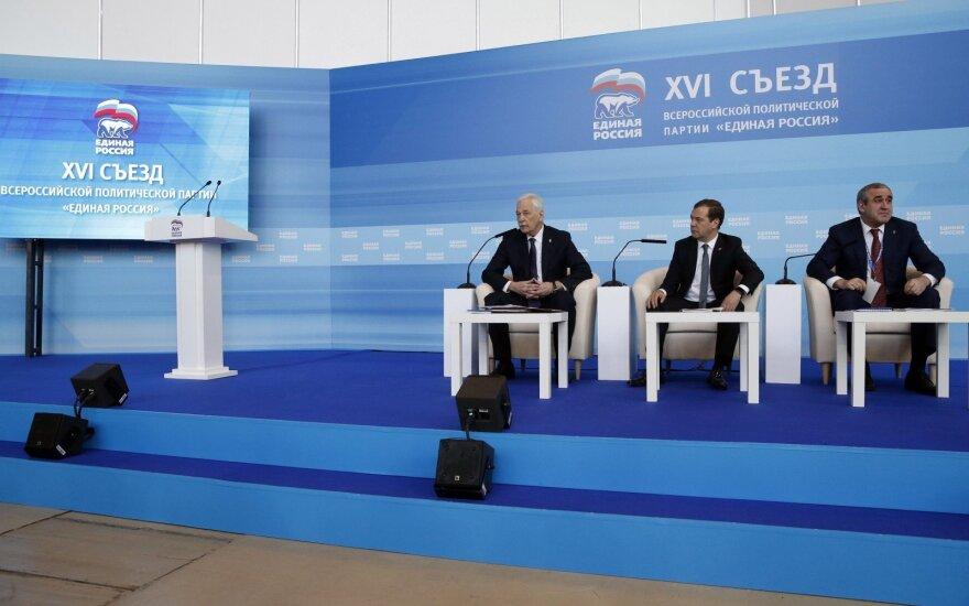 """Премьер России Медведев назвал """"Единую Россию"""" правящей партией"""