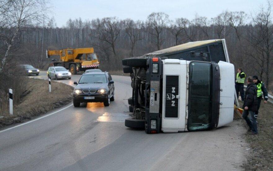 В Каунасе перевернулся грузовик