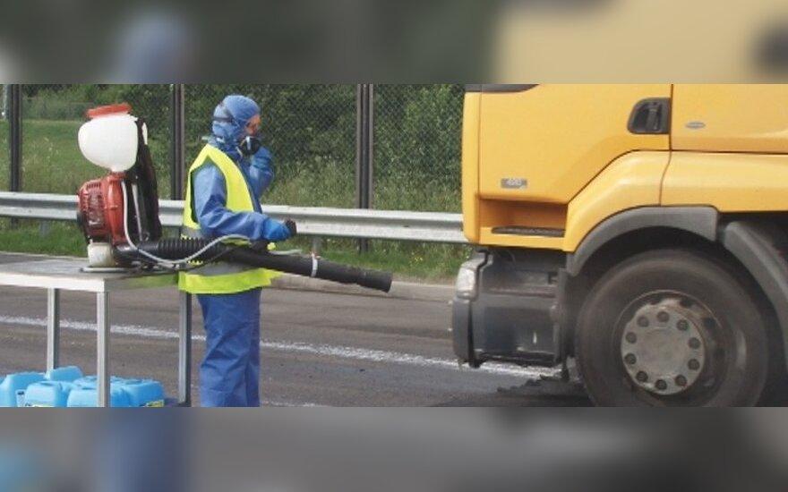 Dezinfekuojami sunkvežimių ratai